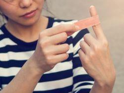 Cómo curar un corte en el dedo