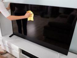 El truco de la abuela para quitar el polvo de la televisión