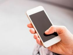 El truco de la abuela para eliminar los arañazos del móvil