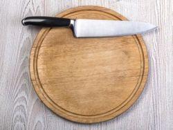 El truco de la abuela para limpiar la tabla de cortar