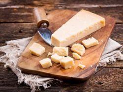 El truco de la abuela para cortar el queso sin que se rompa