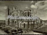 Vista lateral en blanco y negro de la catedral de león