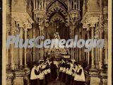 La Escolanía cantando al pie de la Virgen de Montserrat (Barcelona)