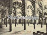 El interior de la mezquita de córdoba (blanco y negro)