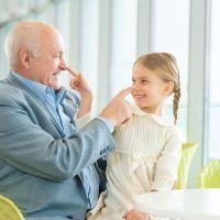 ¿Cada vez que ves a tu nieto le das un superabrazo u os saludáis de alguna forma especial?