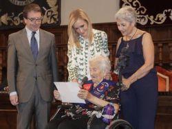 Los mayores centenarios de Amavir reciben un homenaje de la Comunidad de Madrid