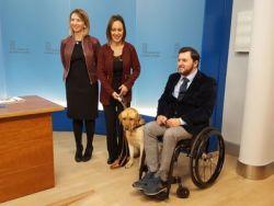 Castilla y León elabora una Ley que convierte a los perros de asistencia en prestación de la Dependencia y amplía su acceso a espacios públicos