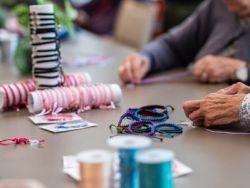 ORPEA y Pulseras Candela: un proyecto solidario  en el que los mayores colaboran en favor de niños con cáncer