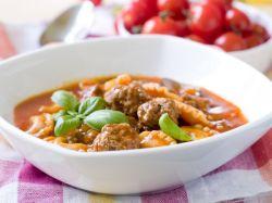 Sopa de albóndigas y pasta rellena