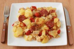 Revuelto de patatas con pollo y chorizo