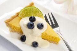 Tarta de limón con grosellas
