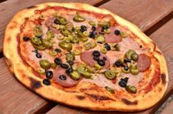 Pizza de bacon con aceitunas