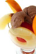 Helado de chocolate con piña y melocotón