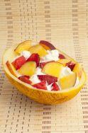 Melón relleno de helado y frutas