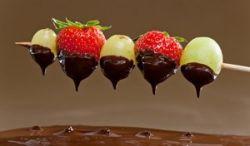 Brochetas de uva, fresa y chocolate