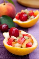 Ensalada de fruta en cáscara de limón
