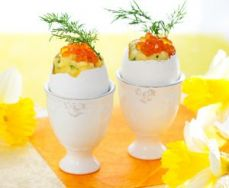 Huevos pasados por agua con caviar rojo
