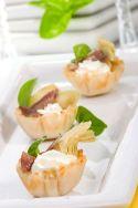 Cazuelitas de hojaldre con queso y anchoa