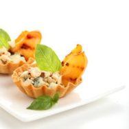 Tartaletas de melocotón, gorgonzola y almendra