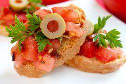 Canapés de tomate y pasas
