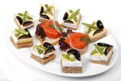 Canapés variados de queso y salmón